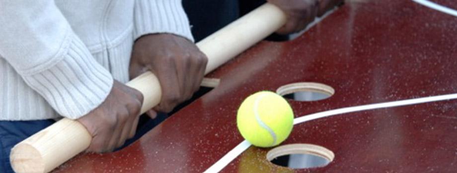 Lek med tennisboll i hål