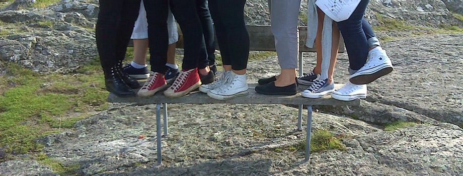 fötter på bänk